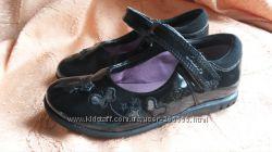 Туфельки кожаные Clarks 5. Лаковые с мигалками 8, 5 размер