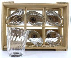 Пьяные граненные стаканы в ящике