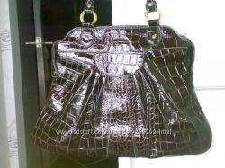 Нарядная лаковая сумка под крокодила