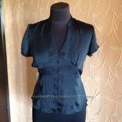 Легкая шелковая блузка черного цвета.