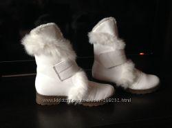 Белоснежные ботинки с натуральной опушкой.