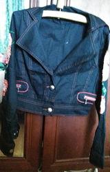 Стильный укороченный пиджак с аппликацией