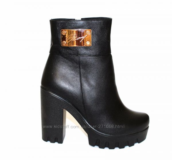 продам зимние  ботинки стелька 25см. Каблук 10 см. Сплошная литая под