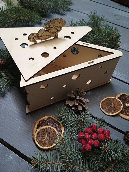 Подарочная деревянная коробка Кусок сыра с мышкой