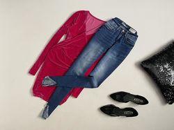 Крутые джинсы скинни с рваным низом denim 1982