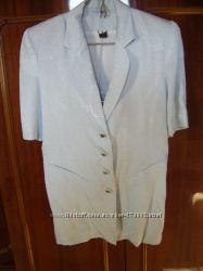 Костюм бледно-голубого цвета с узорами