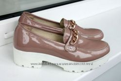 Бежевые туфли лакированые