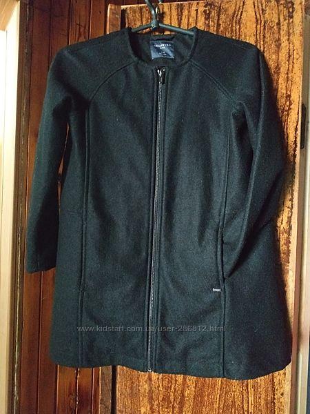 Фирменное пальто на девочку 140 р