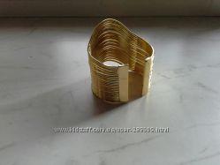 Эффектный массивный браслет в греческом стиле
