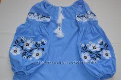 Красивая вышиванка голубого цвета с цветами в стиле бохо